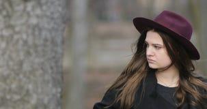 Portret smutna piękna młoda retro noir dziewczyna na miasto ulicie, spojrzenie przy jej watchres, czeka someone 4K zbiory