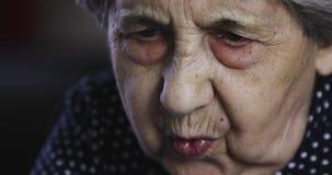 Portret smutna starsza kobieta z głębokimi zmarszczeniami zbiory wideo