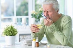 Portret smutny chory starszy mężczyzna z toothache zdjęcie royalty free