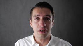 Portret smutny mężczyzna płacz z łzami w oczach deprymujący biznesmena płacz Mężczyzna w rozpaczu zdjęcie wideo