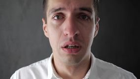 Portret smutny mężczyzna płacz z łzami w oczach deprymujący biznesmena płacz Mężczyzna w rozpaczu zbiory wideo
