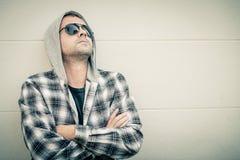 Portret smutny mężczyzna siedzi blisko domu w okularach przeciwsłonecznych Fotografia Stock