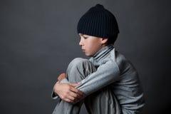 Portret smutny nastolatek na szarym tle, Zdjęcia Royalty Free