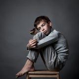 Portret smutny nastolatek na szarym tle, fotografia royalty free