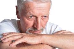 Portret smutny starszy m??czyzna na bia?ym tle obraz royalty free