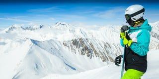 Portret snowboarder kobieta na tło krajobrazie śnieżne wysokie góry Obrazy Stock