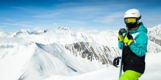 Portret snowboarder kobieta na tło krajobrazie śnieżne wysokie góry Zdjęcie Royalty Free