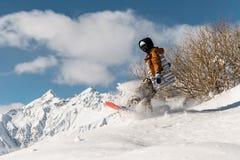 Portret snowboarder w sportswear doskakiwaniu na prochowym halnym skłonie Zdjęcia Royalty Free