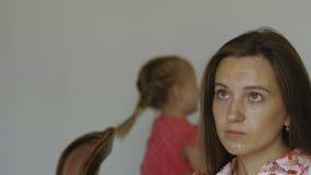 Portret spęczenie matka z rozzłościć małe dziecko dziewczyną przy tłem zdjęcie wideo