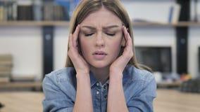 Portret Spięta kobieta z migreną zbiory wideo