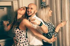 Portret splendorów przyjaciele tanczy przy domowym przyjęciem Fotografia Royalty Free