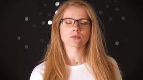 Portret spokojna i dumna caucasian blondynka która stoi jest ślicznymi lasses i lookind bezpośrednio przy kamerą odizolowywającą