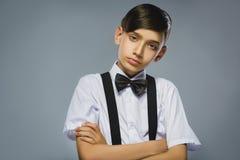 Portret spokoju i nieufność chłopiec odizolowywająca na szarym tle Normalna ludzka emocja, wyraz twarzy zbliżenie zdjęcie stock