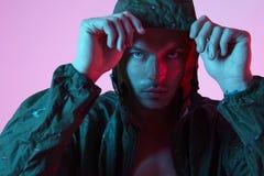 Portret sporta napadu atrakcyjny mężczyzna w sportswear hoodie, koloru studia błysku światło Fotografia Stock