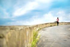 Portret sportowy żeński odprowadzenie wzdłuż drogi w perspektywie obrazy stock