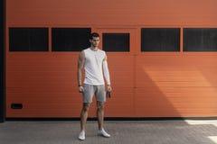 Portret sportowy, mięśniowy mężczyzny narządzanie dla rozgrzewkowego w górę skokowej arkany z obrazy stock