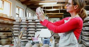 Portret sprawdza kubek 4k żeńska garncarka zbiory wideo