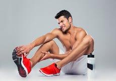 Portret sprawność fizyczna mężczyzna z stopa bólem zdjęcie royalty free