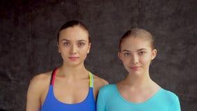Portret sprawność fizyczna trener, trener i napad, bawi się dziewczyny gimnastyki zdjęcie wideo