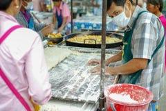 Portret sprzedawcy kucharstwa głęboka smażąca mąka dzwonił Tong obrazy stock