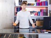 Portret sprzedawcy sprzedawania kiesy w sklepie i portfle Zdjęcie Royalty Free