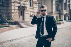 Portret srogi agent outdoors w mieście Patrzeje stunnin fotografia stock