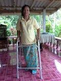 Portret stare kobiety ono zmaga się ruszać się z piechurem Fotografia Royalty Free