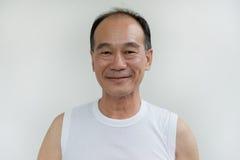 Portret starego człowieka Asia odzieży biała koszula na białym tle Fotografia Stock