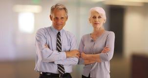 Portret starsi biznesowi profesjonaliści ono uśmiecha się przy kamerą obraz stock