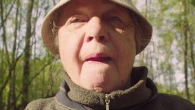 Portret starsza aktywna kobieta podczas spaceru zbiory wideo