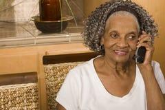 Portret starsza amerykanin afrykańskiego pochodzenia kobieta na telefonie fotografia royalty free