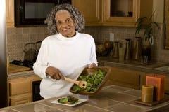 Portret starsza amerykanin afrykańskiego pochodzenia kobieta w domu zdjęcia royalty free