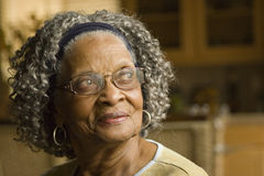 Portret starsza amerykanin afrykańskiego pochodzenia kobieta w domu fotografia royalty free