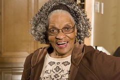 Portret starsza amerykanin afrykańskiego pochodzenia kobieta w domu zdjęcia stock