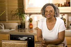 Portret starsza amerykanin afrykańskiego pochodzenia kobieta w domu obraz stock