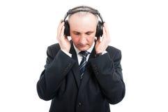 Portret starsza elegancka mężczyzna mienia słuchawki obraz stock