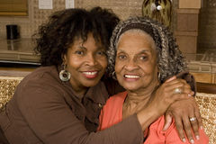 Portret starsza kobieta ściska jej córki Obraz Royalty Free