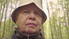 Portret starsza kobieta przeciw lasowi - POV kamera zbiory