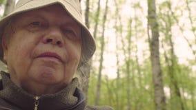 Portret starsza kobieta przeciw lasowi - POV kamera zbiory wideo