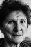 Portret starsza kobieta w czarny i biały Zdjęcia Royalty Free