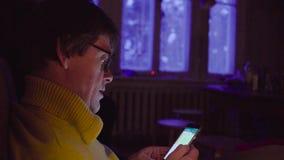 Portret starszego mężczyzna scrolling telefon komórkowy zbiory wideo