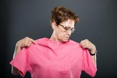 Portret starszej damy doktorski próbować na pętaczki koszula zdjęcie royalty free