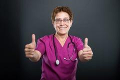 Portret starszej damy seansu doktorska kopia jak gest fotografia stock