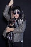 Portret starszej samiec metalu ciężki rockowy gitarzysta nad czarnym tłem fotografia stock