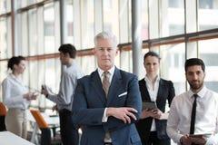 Portret starszy biznesmen jako lider z grupą ludzi ja Zdjęcia Royalty Free