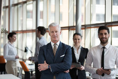 Portret starszy biznesmen jako lider z grupą ludzi ja Obrazy Stock