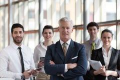 Portret starszy biznesmen jako lider z grupą ludzi ja Obraz Royalty Free