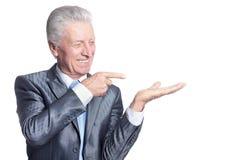 Portret starszy biznesmen w formalny kostiumu pozować zdjęcie royalty free