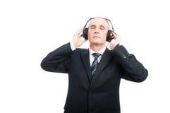 Portret starszy elegancki mężczyzna cieszy się słuchać słuchawki zdjęcie royalty free