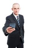Portret starszy elegancki mężczyzna mienia smartphone zdjęcie royalty free